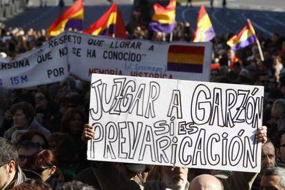 Miles de personas en la manifestación de apoyo a Garzón este domingo en Madrid.