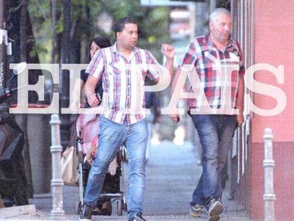 El coronel Rodolfo Sanz, 'Rudolf', (derecha) camina junto a otro de los imputados de la red por las calles de Madrid en junio de 2014.