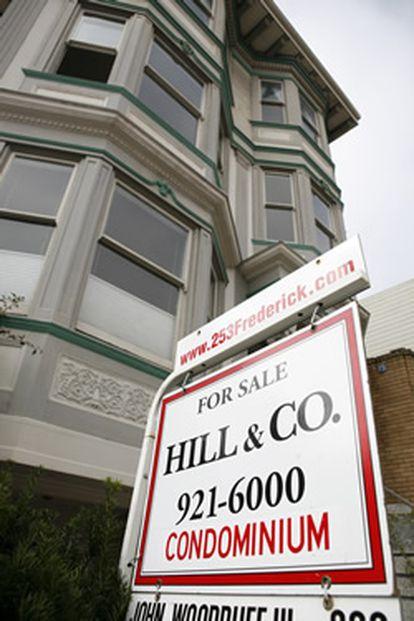 Cartel de la inmobiliaria Hills & Co. frente a una vivienda del exclusivo barrio de Haight- Ashbury en San Francisco, California. Los precios de la vivienda en la Bahía de San Francisco se encuentra en el nivel más bajo de los últimos 12 años, debido a la crisis hipotecaria.