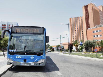 Un autobús de la EMT ante el hospital 12 de Octubre el pasado 9 de julio