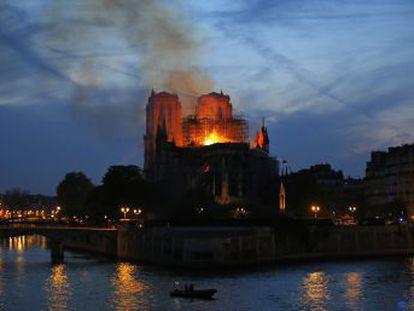 El Gobierno dice que el incendio  no es criminal  y que se desconoce  cómo resistirá la estructura  del templo. La Fiscalía de París ha abierto una investigación por destrucción involuntaria
