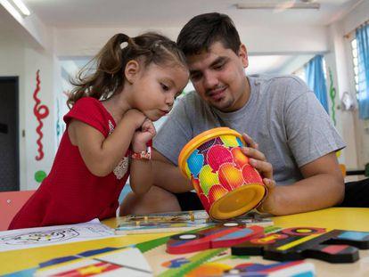 Un padre juega con su hija en un centro educativo en Paraguay.
