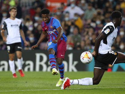 Ansu, en el momento de ejecutar el disparo que acabó en el primer gol del Barcelona.