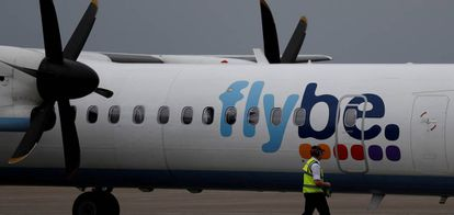 Un avión de Flybe en el aeropuerto de Liverpool.