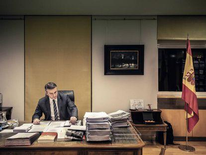 Iván Redondo, en su despacho de La Moncloa. En el suelo, a la derecha, aparece su mochila.