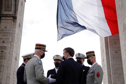El presidente francés, Emmanuel Macron, conversa con los jefes de las fuerzas armadas en la conmemoración del fin de la II Guerra Mundial, el pasado sábado en París
