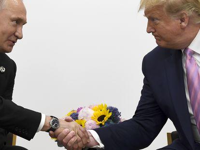 En esta foto de archivo tomada en junio de 2019, Donald Trump le da la mano a Vladimir Putin durante una reunión bilateral al margen de la cumbre del G-20 en Osaka, Japón.