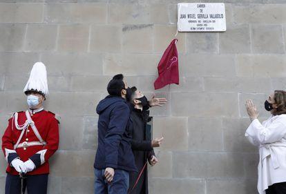 Los hijos de Juan Miguel Gervilla descubren la placa de la nueva calle en el barrio de Les Corts, dedicada al agente de la Guardia Urbana asesinado por ETA.