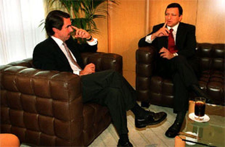 Aznar conversa en Valencia con el primer ministro portugués, José Manuel Durão Barroso. PLANO ENTERO - ESCENA