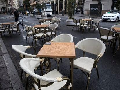 Una terraza  de una cafetería del centro de València, vacía este jueves.