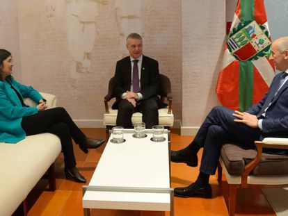La ministra Carolina Darias y el consejero Josu Erkoreka en la recepción del lehendakari, Íñigo Urkullu minutos antes de que pactaran las nuevas transferencias. En vídeo, declaraciones de Darias.