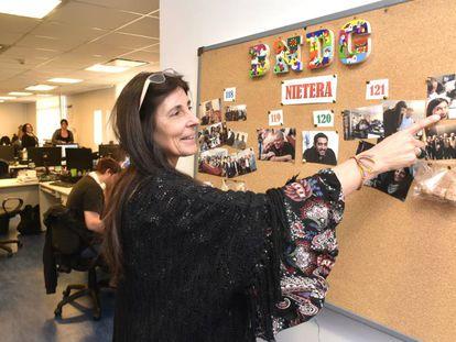 Mariana Herrera Piñero señala la fotografía tomada cuando el Banco Nacional de Datos Genéticos identificó al nieto 121.