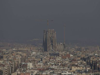 Contaminación atmosférica sobre la ciudad Barcelona durante un pico de polución a principios de 2020.