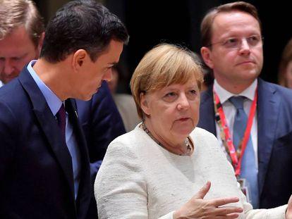 El presidente del Gobierno, Pedro Sánchez, junto a la canciller alemana Angela Merkel en Bruselas.