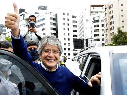 El candidato electoral Guillermo Lasso saluda a sus simpatizantes el 12 de febrero, en Quito.