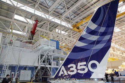 Ensamblaje de un avión de Airbus en Toulouse (Francia).