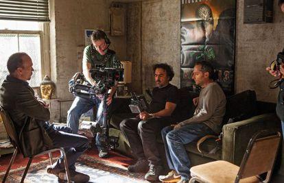 El director y miembros de su equipo controlan el proceso de una escena de 'Birdman'. Frente a ellos, el protagonista, Michael Keaton.