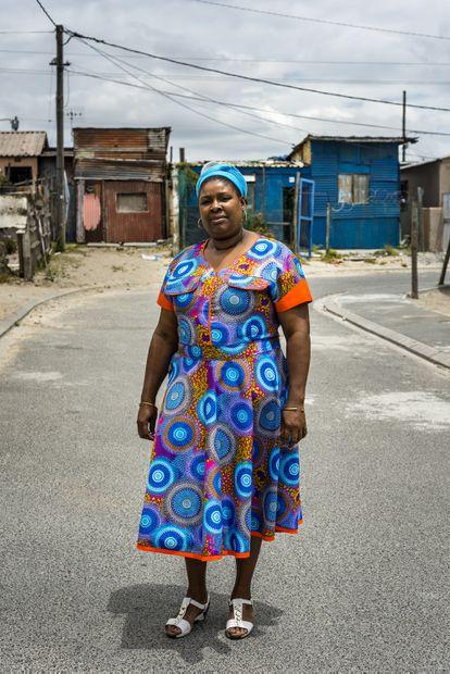 Fanelwa Gwashu, 48 años, de Khayelitsa, Ciudad del Cabo. Contrajo VIH muy joven y estuvo en coma, sobrevivió con 82 leucocitos CD4 en sangre (en una persona sana la cifra está por encima de 500), sobrevivió a neumonía + tuberculosis al mismo tiempo que tenía VIH. Se prometió no morirse para no dar el disgusto a su madre, que ya había enterrado a dos hijos por la misma enfermedad.
