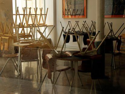 Un bar con las sillas recogidas y cerrado, hoy en Valencia.