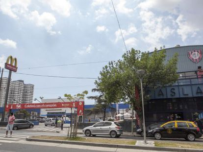 Una sede del San Lorenzo al lado del terreno del supermercado Carrefour en el que se construirá su nuevo estadio, en el barrio porteño de Boedo.