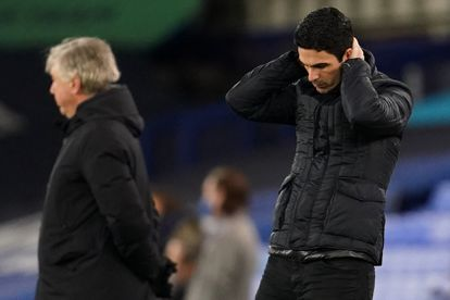 Mikel Arteta se lamenta en Goodison Park junto a su homólogo, Carlo Ancelotti.