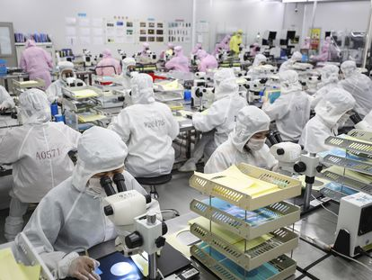 Empleados trabajan en una línea de producción de chips de Huanan.
