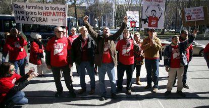 Afectados de hepatitis C se manifiestan la semana pasada frente a la sede del Ministerio de Sanidad en Madrid.