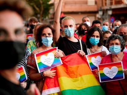 Centenares de personas se concentran en contra de la agresión homófoba sufrida por un vecino del municipio de Talavera de la Reina (Toledo)