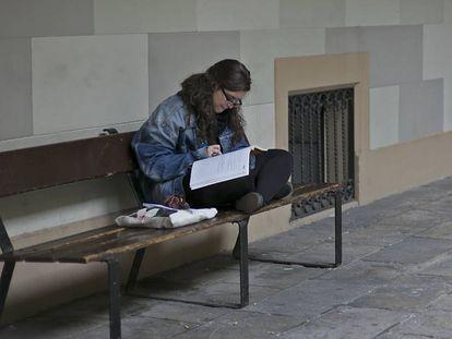 Una estudiante en el patio de letras de la Universidad de Barcelona, en 2014.