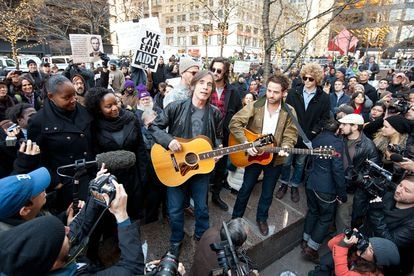 In December 2011, performing on the streets of New York for the Occupy Wall Street movement, similar to the 15-M that occurred in Spain.