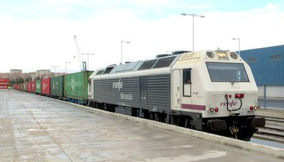 Un tren de Renfe Mercancías.