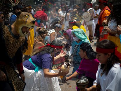 Danzantes participan en una ceremonia el 17 de mayo en el Zócalo de Ciudad de México.