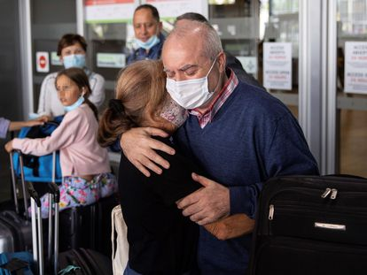 Pablo Costas Villar, el marinero gallego retenido en Yemen durante 11 meses por una acusación de pesca ilegal, es recibido por sus familiares a su llegada al aeropuerto de Madrid, este viernes.