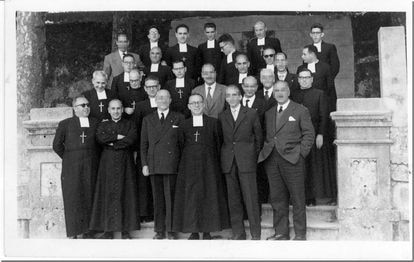 Fotografía de los religiosos y profesores de los maristas de Vigo en los años 60, en la que está uno de los acusados, el hermano Miguel, primero por la izquierda en la primera fila.