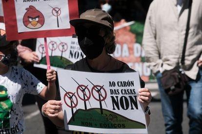 Una mujer sostiene una pancarta durante la manifestación de esta mañana en Santiago.