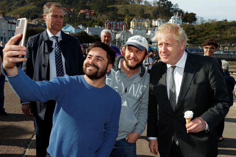 Boris Johnson, durante un acto electoral con seguidores en Llandudno (Gales), este lunes.