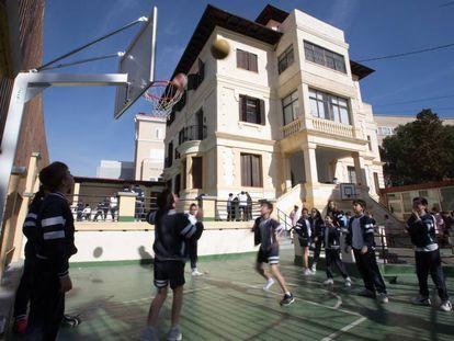 Patio y fachada de un colegio en Madrid