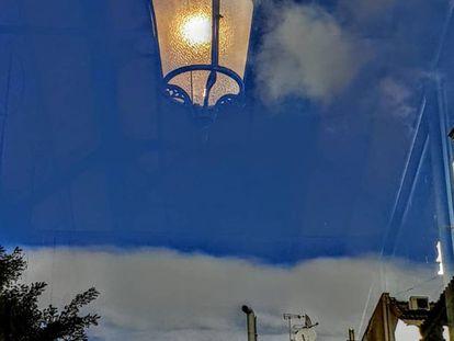 La lámpara que cuelga de la nube es un sol ortopédico con ínfulas de botafumeiro.