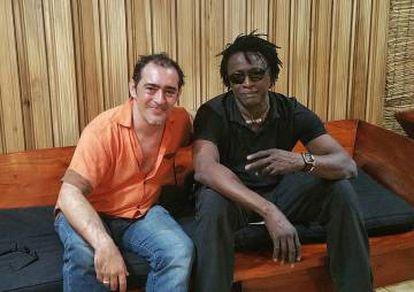 Raúl Rodríguez (izquierda) y el músico maliense Habib Koité durante la grabación del proyecto 'The Song Summit', en Haití.