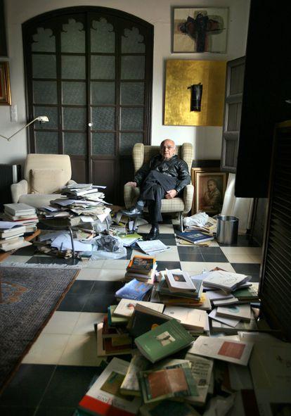 El poeta Francisco Brines en su casa de Oliva (Valencia), el 8 de febrero de 2001.