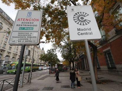 Señales de Madrid Central en uno de los accesos al área.