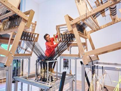 La diseñadora Hella Jongerius con el telar multiaxial que desarrolló para estudiar el tejido tridimensional.