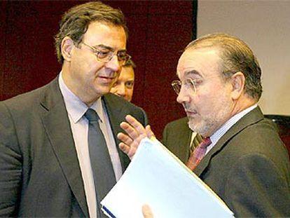 Pedro Solbes conversa con el ministro griego de finanzas, Nikolaos Christodoulakis.   / EPA