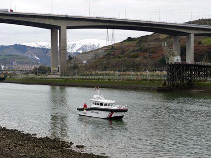 Un equipo de la Ertzaintza rastrea un tramo de la ría de Bilbao a mediados de enero pasado.