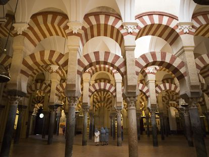 Visitantes en el interior de la mezquita-catedral de Córdoba.