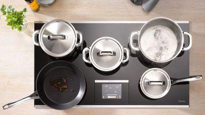 Placa de inducción de Miele donde se pueden colocar hasta cinco recipientes al mismo tiempo sin importar el lugar donde se coloquen.