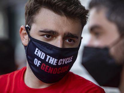 """Un manifestante con una mascarilla en la que lleva escrito el mensaje """"Fin al círculo del genocidio"""" durante una protesta de la diáspora armenia frente al consulado turco en Los Ángeles (EE UU), el 24 de abril de 2021."""