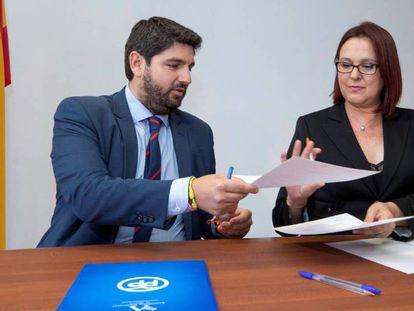 Fernando López Miras, presidente del PP de Murcia, e Isabel Franco, dirigente de Ciudadanos en la región, durante la firma del acuerdo entre ambas formaciones el pasado 24 de junio. En vídeo, fragmento de la entrevista de Javier Maroto en Las Mañanas de RNE.