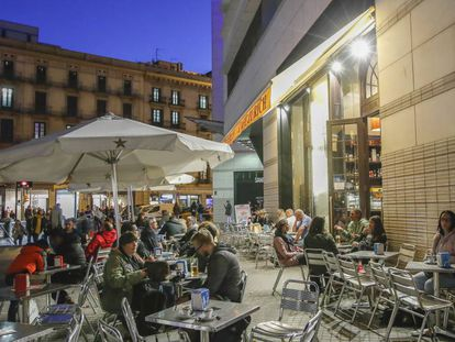 La terraza de un bar de plaza de Catalunya, en el centro de Barcelona.