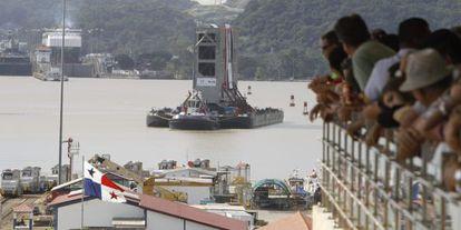 Un barco entra en el Canal de Panamá.